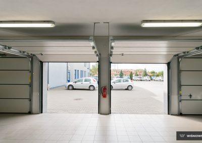 Slika prikazuje odprta garažna vrata UniPro, promocija