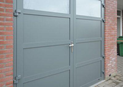 Slika prikazuje stranska vrata