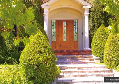 Slika prikazuje vhodna vrata