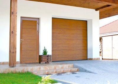 Slika prikazuje garažna in stranska vrata