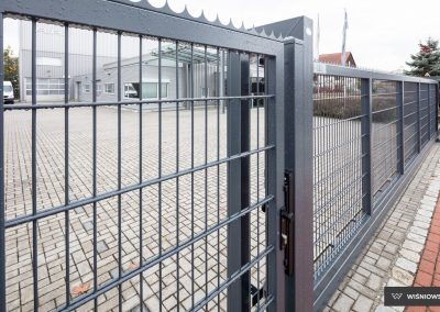 Slika prikazuje industrijska dvoriščna dvokrilna vrata