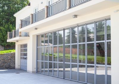 Slika prikazuje zložljiva vrata